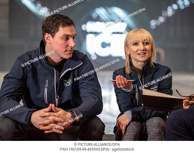 09 January 2019, Hessen, Frankfurt/Main: The figure skaters Bruno Massot (l) and Aljona Savchenko sit at the edge of the Holiday on Ice ice rink during an...