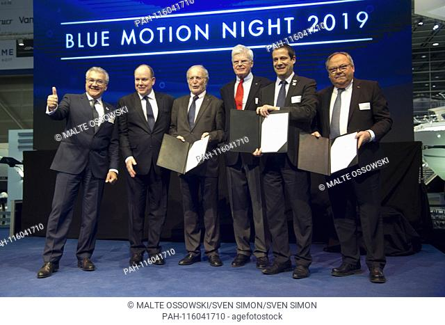 Presenting the new cooperation agreement for the continuation of the Aûocean tribute,Aú Award over the next three years: from left: Petros MICHELIDAKIS