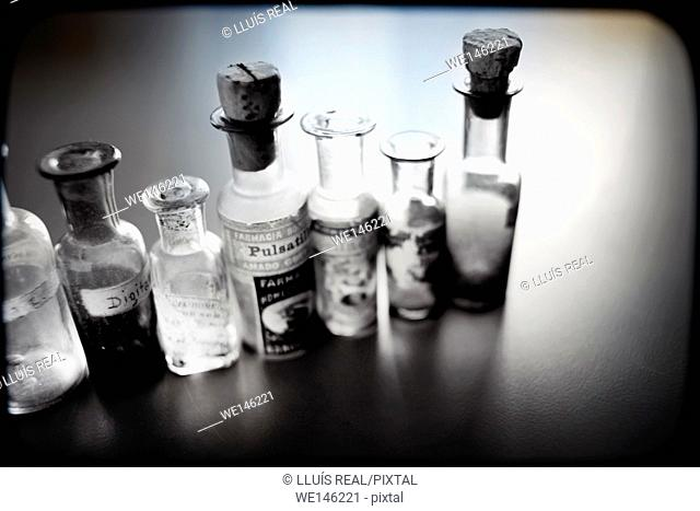 grupo de botellas de medicamento homeopatico, group of bottles of homeopathic medicine