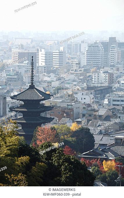Japan, Kyoto Prefecture, Kyoto City, Hokan-ji Temple and cityscape