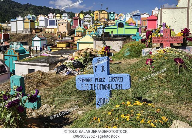 tumbas de colores, celebracion del dia de muertos en el Cementerio General, Santo Tomás Chichicastenango, República de Guatemala, América Central