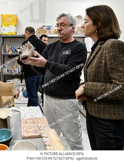 25 January 2019, Brandenburg, Oranienburg: Katarina Barley, SPD top candidate for the European elections, visits the studio of ceramist Veiko Minge at the...