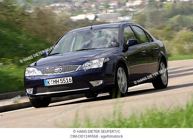 Ford Mondeo 3.0 V6, model year 2006-, dunkelblue moving, diagonal from the front, frontal view, country road