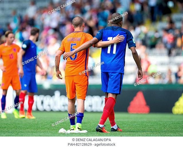 Netherlands's Calvin Verdonk (l) and France's Kylian Mbappe embrace after the final whistle during the match of the Preliminary Round, Group B