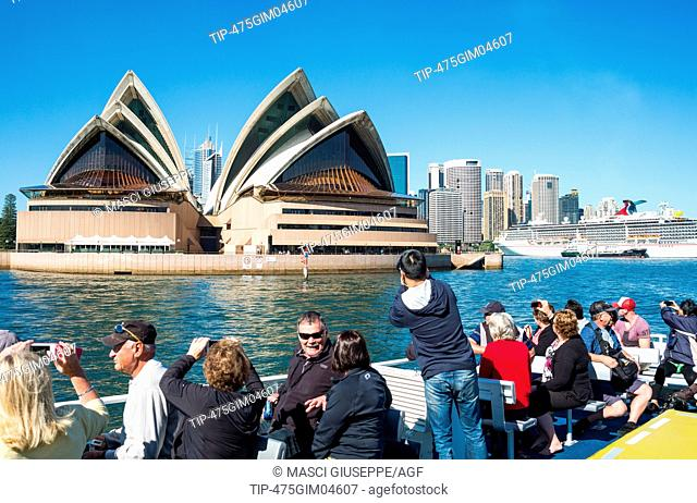 Australia, Sydney, tourist on a boat looking at the Opera House