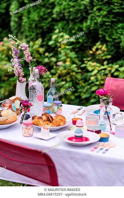 Garden table, covered, Easter breakfast