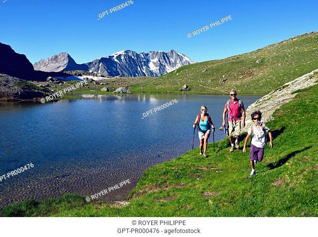 FAMILY HIKING AROUND LAKE DES MOUTONS, LA VANOISE PARK, SAVOY (73), RHONE-ALPES, FRANCE