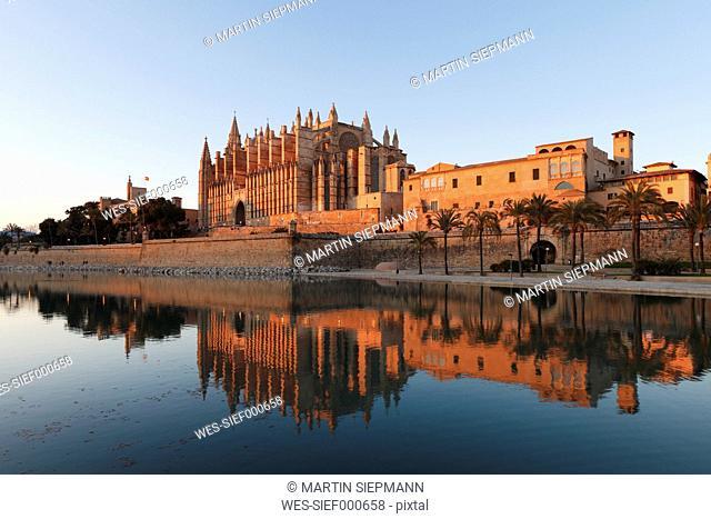 Spain, Balearic Islands, Majorca, Palma de Mallorca, Parc de Mar, Almudaina Palace, Cathedral La Seu