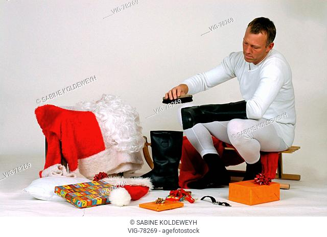 Santa Claus cleaning his boots. - 08/12/2004