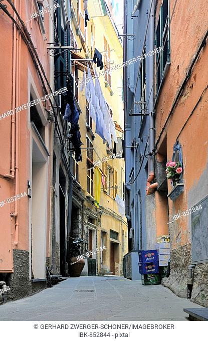 Alley in Vernazzo, Ligurien, Cinque Terre, Italy, Europe