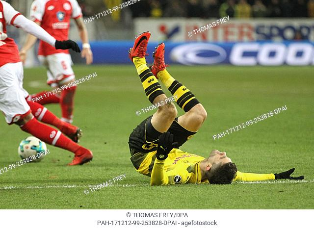 Dortmund's Christian Pulisic takes a fall during the German Bundesliga soccer match between FSV Mainz 05 and Borussia Dortmund in the Opel Arena in Mainz