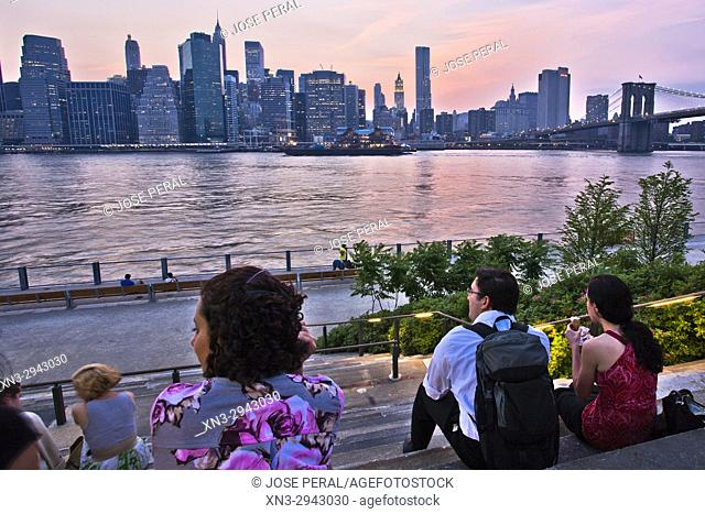 People waiting for the sunset, Lower Manhattan Skyline and Brooklyn bridge seen from Brooklyn Heights Promenade, East River, New York, New York City