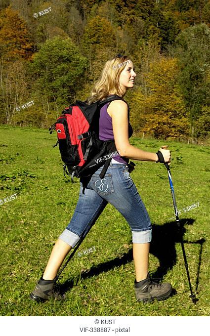 Junge Frau wandert durch die Natur - 22/10/2005