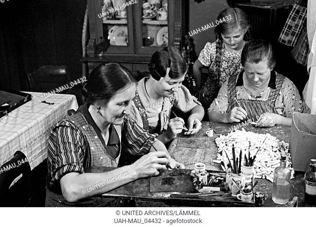 Frauen beim Bemalen von Porzellan in der Manufaktur in Gräfenthal in Thüringen, Deutschland 1930er Jahre. Women painting porcellain at the manufacture at...