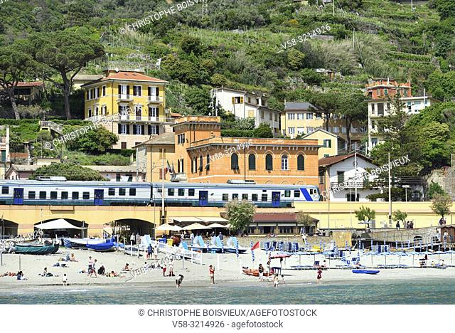 Italy, Liguria, Cinque Terre National Park, World Heritage Site, Monterosso al Mare, The beach and railway