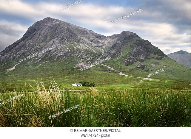 White cottage at foot of Stob Dhearg peak of Buachaille Etive Mor mountains on river Coupall Glen Coe Scottish Highlands Scotland UK