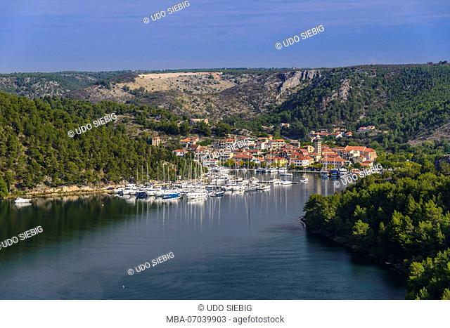 Croatia, Dalmatia, region of Sibenik, Skradin, town view with Krka river