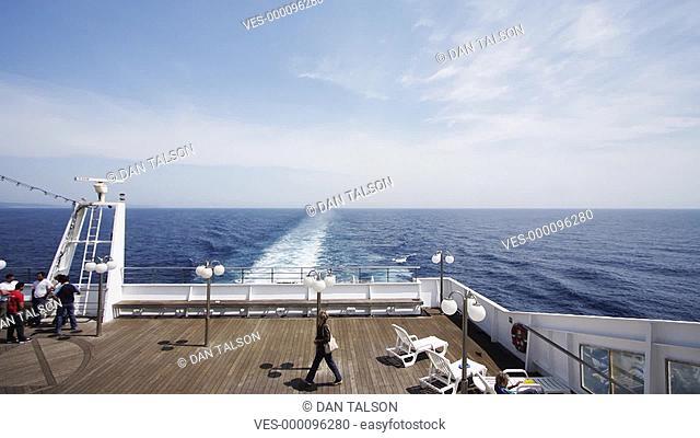 Menschen am Heck eines Schiffes im Zeitraffer