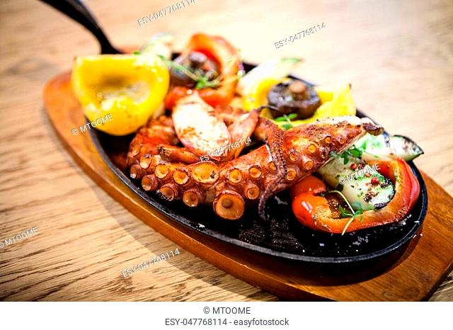 Pulpo cocido. Boiled octopus, shallots and grilled vegetables