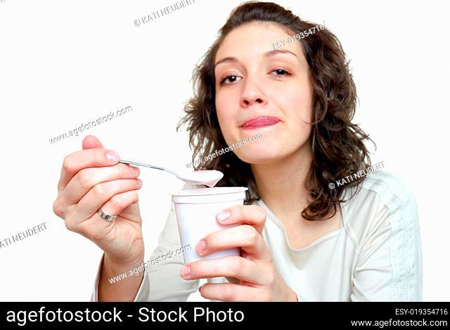 Junge Frau mit Joghurt