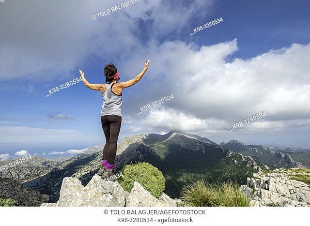 escursionista en la cima de Puig des Tossals Verds, 1118 mts, Escorca, Paraje natural de la Serra de Tramuntana, Mallorca, balearic islands, Spain