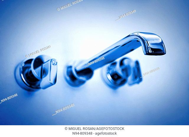 Grifo de lavabo de diseño minimalista Sink faucet of minimalist design