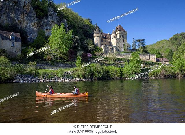 Paddle boat on the river Dordogne in front of castle, La Roque-Gageac, Dordogne, France