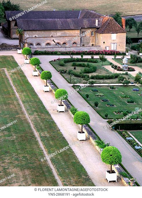 Vue en hauteur des jardins 'a la francaise' du chateau de Digoine, Palinges, Saone et Loire, Bourgogne, France