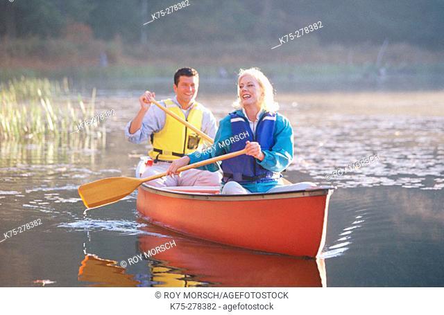 couple canoeing in Poconos