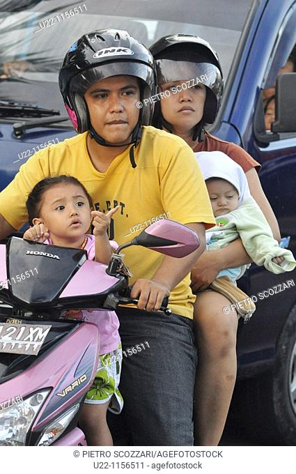 Kuta (Bali, Indonesia): a whole family on a scooter