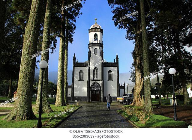 The front facade and alleyway to the Church of Saint Nicholas. Church of Sao Nicolau (Portuguese: Igreja Paroquial de Sete Cidades/Igreja de São Nicolau)
