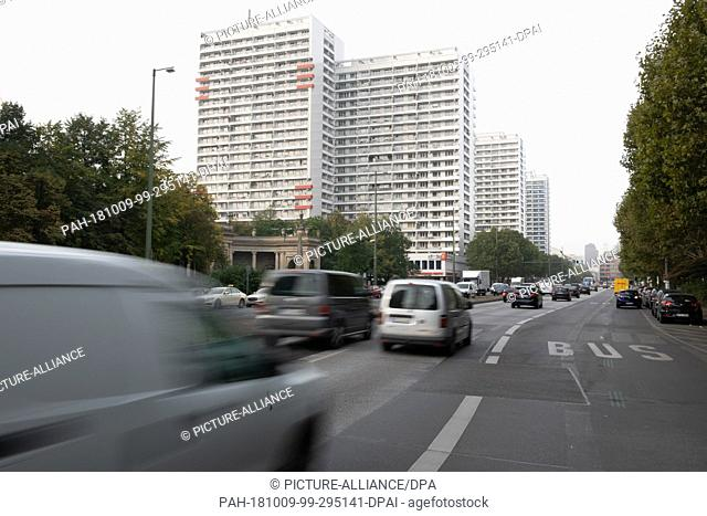 09 October 2018, Berlin: Vehicles are on the road on Leipziger Straße. The Administrative Court is hearing an action brought by Deutsche Umwelthilfe (German...