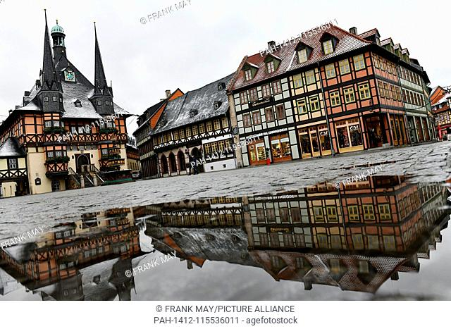 Old town Wernigerode with historical town house (left), Germany, city of Wernigerode, 09.January 2019. Photo: Frank May | usage worldwide
