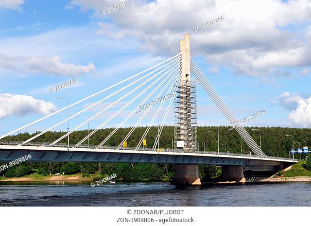Die Hängebrücke über den Ounasjoki gilt als eines der Wahrzeichen von Rovaniemi / The bridge over the Ounasjoki river is one of the landmarks of Rovaniemi