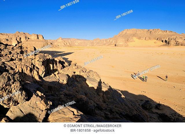 Group of tourists, hikers on Tasset Plateau, Tassili n'Ajjer National Park, Unesco World Heritage Site, Wilaya Illizi, Algeria, Sahara, North Africa