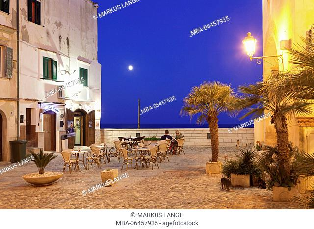 Restaurant in the Old Town, Vieste, Gargano, province of Foggia, Apulia, Italy