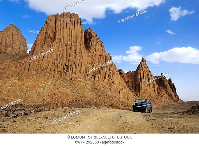 Toyota 4x4, fourwheeldrive vehicle on a dirtroad, Hoggar, Ahaggar Mountains, Wilaya Tamanrasset, Algeria, Sahara, North Africa