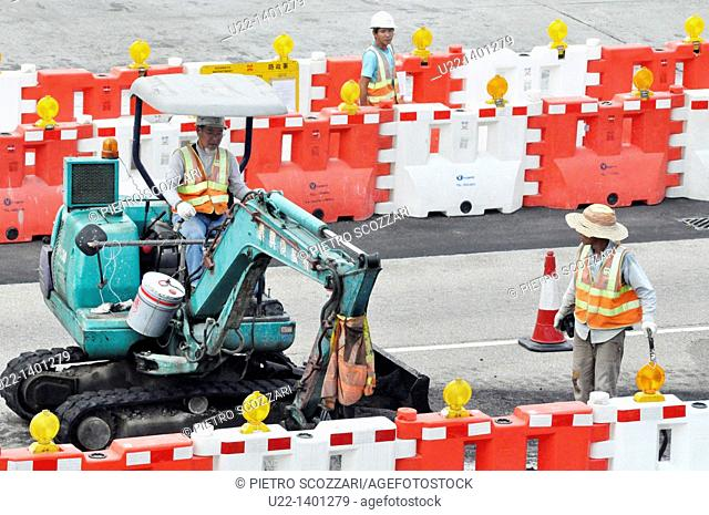 Hong Kong: men at work for the construction of the new pier on Victoria Harbour, in Central