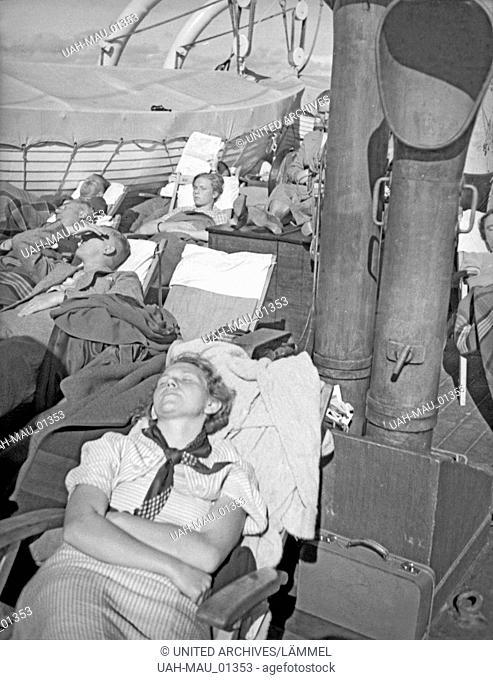 """Passagiere auf dem Sonnendeck der """"""""M.S. Preußen"""""""" auf einer Schiffsreise auf der Ostsee durch den Seedienst Ostpreußen, 1930er Jahre"""