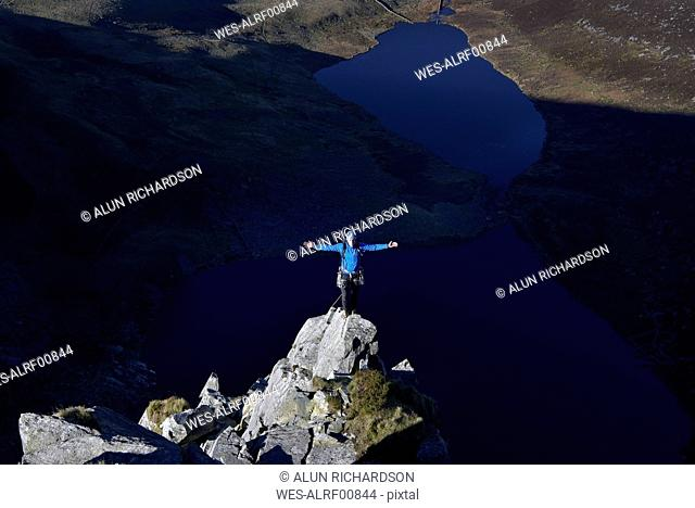 UK, North Wales, Snowdonia, Craig Cwm Silyn, mountaineer on Outside Edge Route