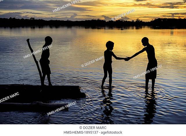 Papua New Guinea, East Sepik province, Sepik River Region, Kanganamun village, children going to bathe in the sepik river at sunset