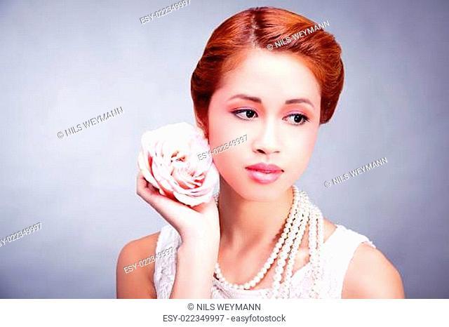 junge asiatische frau mädchen mit leichtem makeup und perlenket