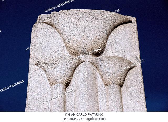 Karnak, Luxor, Egypt. Temple of Karnak sacred to god Amon: the heraldic column of Menkheperra Tuthmosis III showing three carved flowers of papyrus
