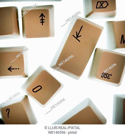 teclas sueltas de un teclado de ordenador con simbolos, numeros y flechas, Loose keys of a computer keyboard symbols, numbers and arrows