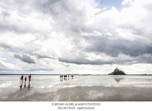 Guided tour to cross Mont Saint Michel bay during low tide (department of Manche, region of Normandie, France)
