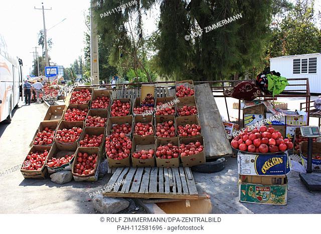 Iran - Street scene in the province of Fars, offer freshly harvested pomegranate. Taken on 18.10.2018. Photo: Rolf Zimmermann | usage worldwide