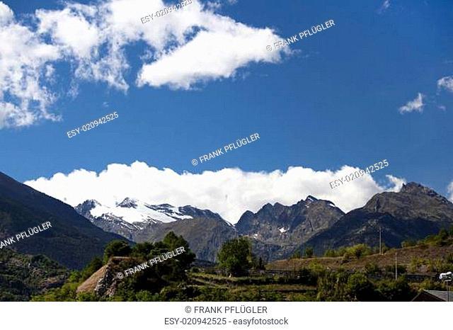 Schweizer Alpen mit Wolken