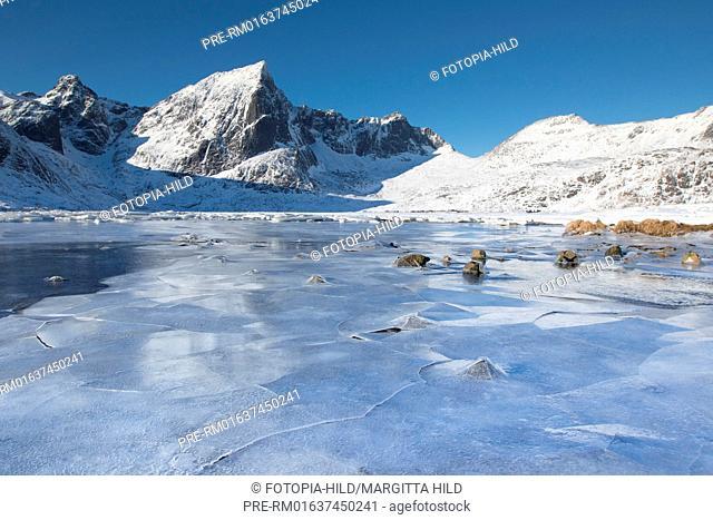 Looking from the E10 near Vareid over the frozen Flakstadpollen, Flagstadøya, Lofoten, Nordland, Norway, March 2017, looking west / Blick von der E10 bei Vareid...