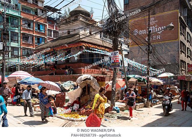Street life on 25.04.2017 in the nepali capital Kathmandu. | usage worldwide. - Kathmandu/Nepal