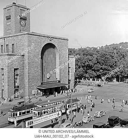 Straßenbahnen und Individualverkehr vor dem Hauptbahnhof in Stuttgart, Deutschand 1930er Jahre. Trams and traffic in front of Stuttgart main station